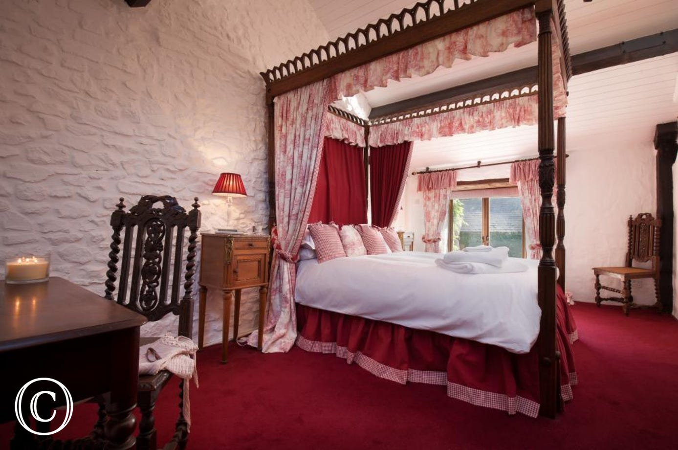 Countryside Cottage with beautiful four-poster master bedroom