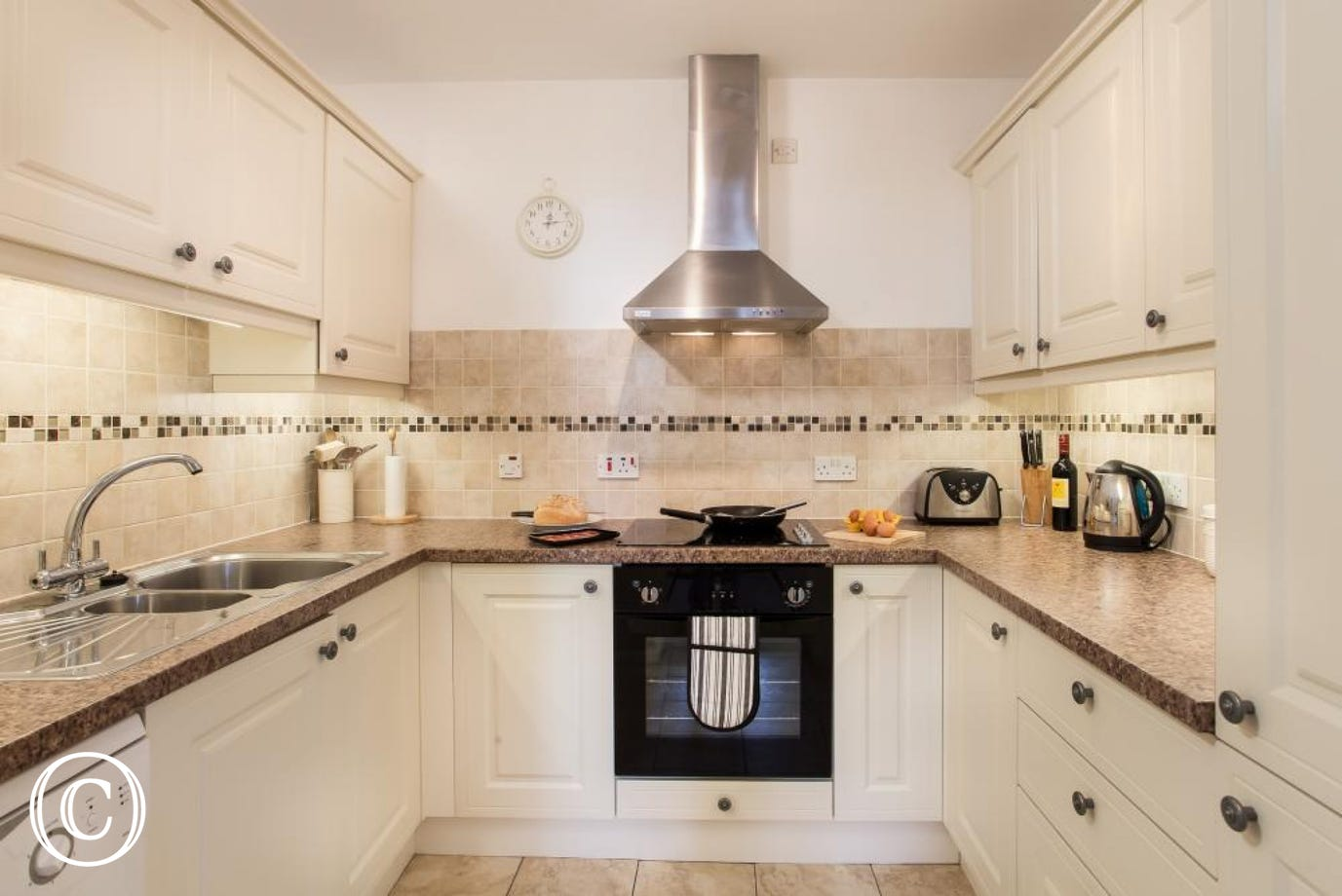 Meadfoot Beach Apartment, Torquay - Kitchen