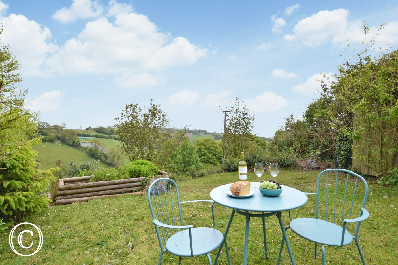 Southills Cottage, Cornworthy - Garden view with small bistro table