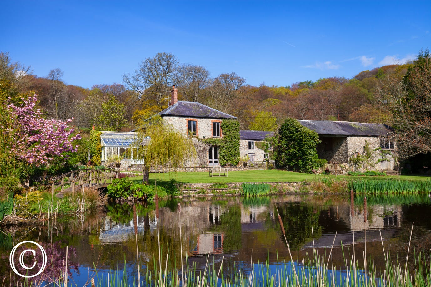 Rural lakeside self-catering holiday cottage in Honiton