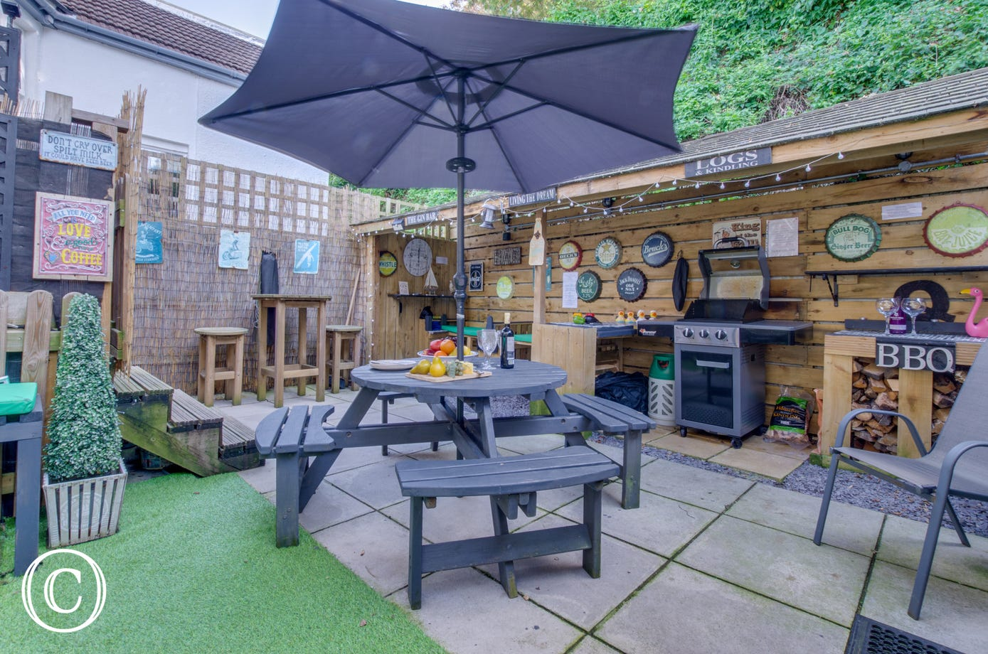 BBQ, bar, spa and dining area - a fantastic spot to socialise!