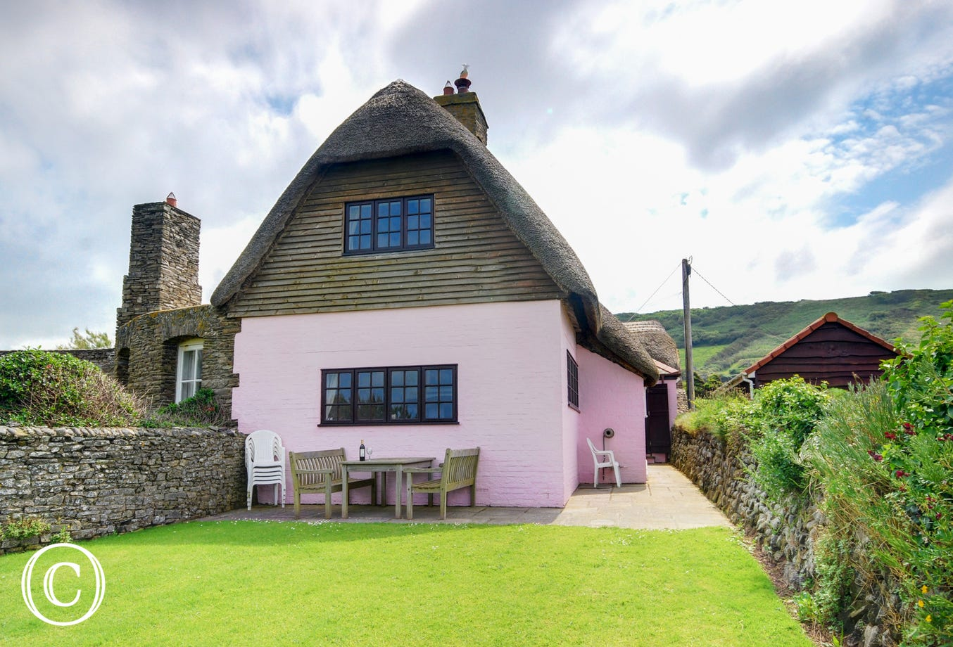 A beautiful traditional thatched Devon cottage right by the sea