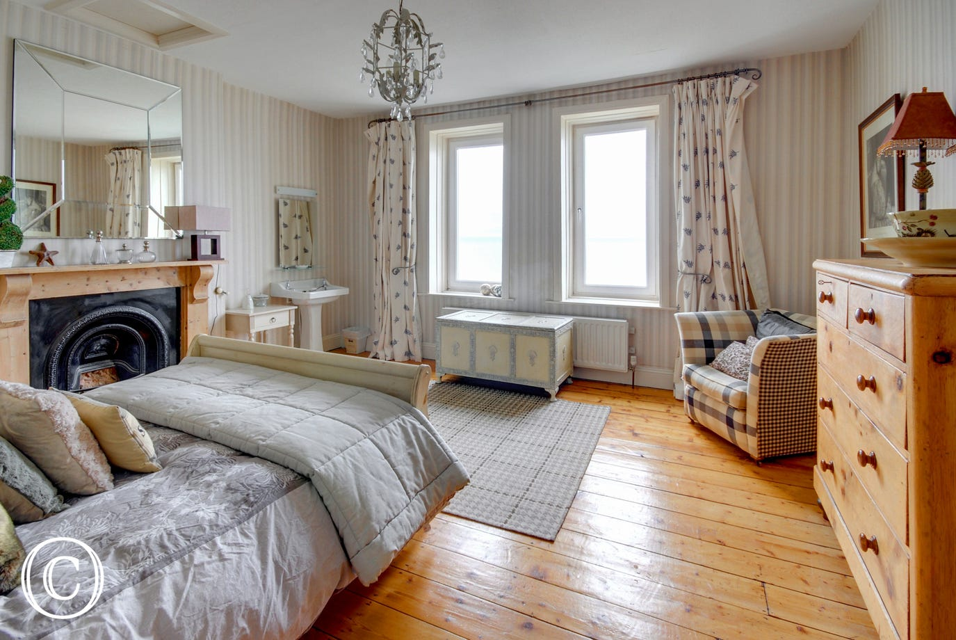 The second sumptuous double room enjoys amazing panoramic sea views