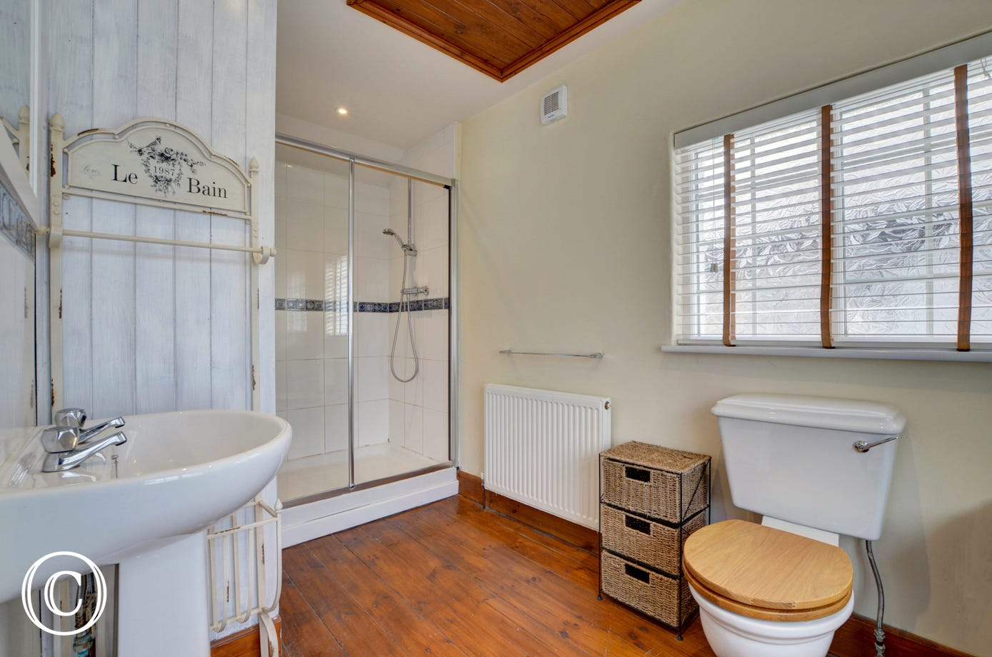 A good size light and airy en-suite shower rooms leads off from the master bedroom