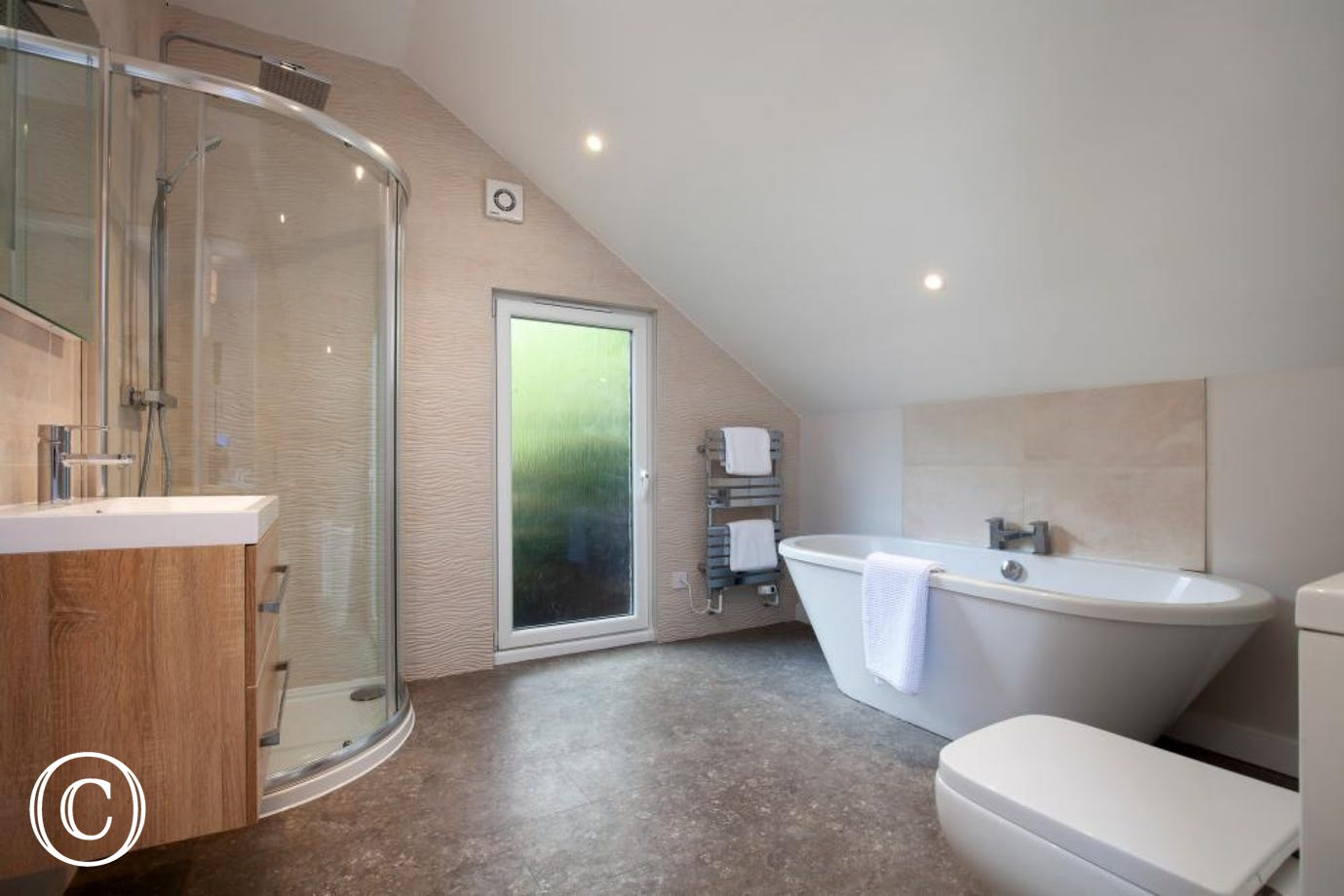 Large upstairs super-king bedroom with en-suite bathroom & shower