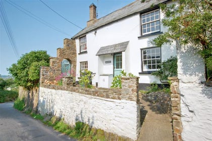 Inglenook is located in Instow village amidst other cottages and just by the village primary school, this delightful character cottage is a real treat