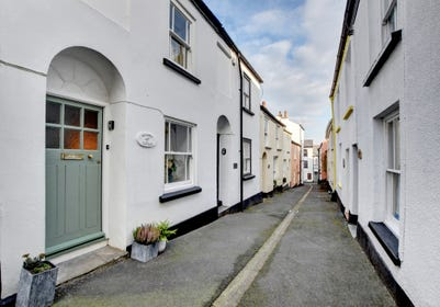 Quietly located in one of the colourful lanes of the picturesque fishing village of Appledore
