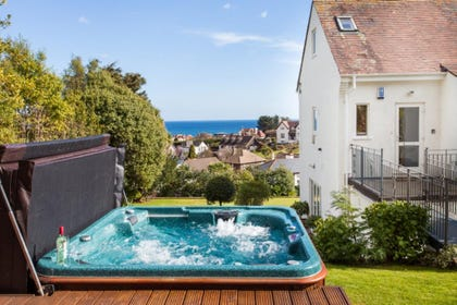 Ben's Place in Torquay, Self-Catering Holiday Apartment with Hot Tub and Spectacular Sea Views