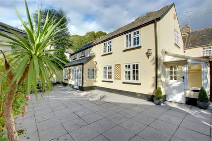 This delightful converted Coach House is situated off a quiet lane and just a short walk to the centre of the vibrant village of Braunton