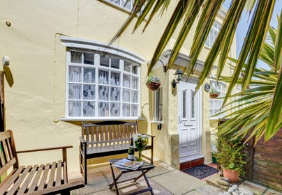 Situated in the lovely harbour area of Ilfracombe, this charming 19th century terraced cottage is stylishly presented