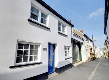The Hobbit's is a cosy character cottage tucked away in the quiet lanes leading up from the quay in the picturesque fishing village of Appledore