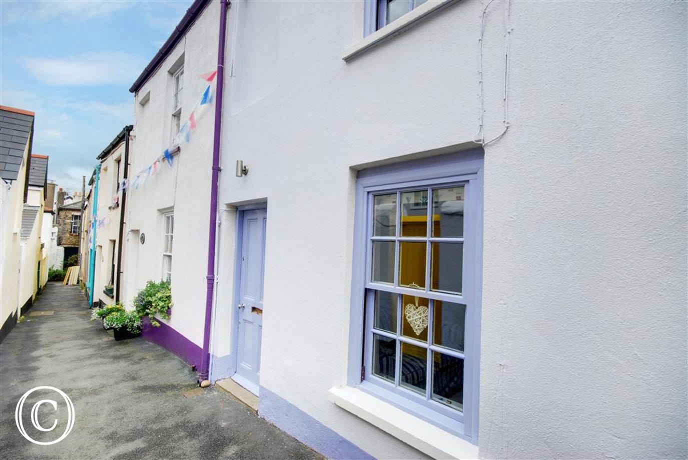 This delightful character cottage is located in a peaceful narrow lane just 200 yards from the quayside of the picturesque village of Appledore