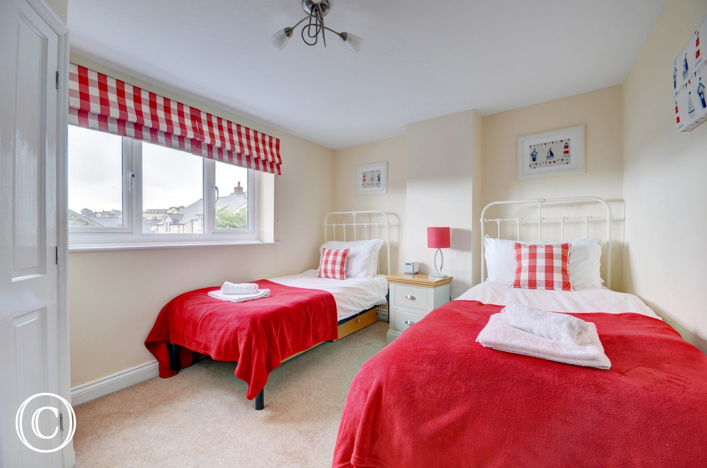 The Twin bedroom is brightly decorated and has ensuite facilities