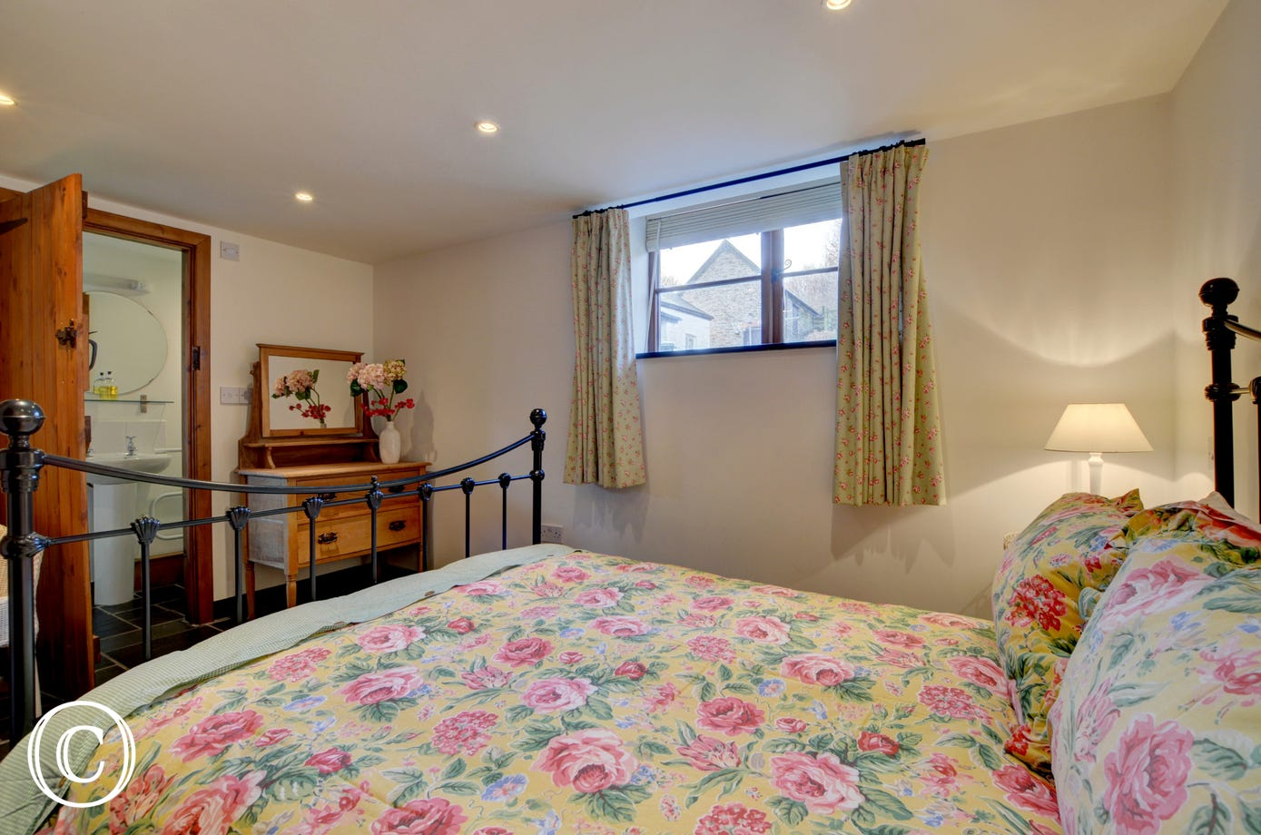 Attractive double bedroom with ensuite bathroom